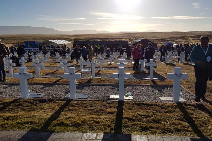 Argentina y el Reino Unido firman un acuerdo para identificar más restos de soldados caídos en Malvinas