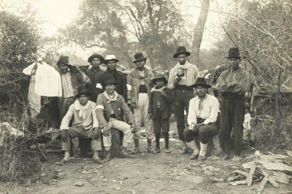 Grupo de indígenas de Napalpí con sus brazaletes