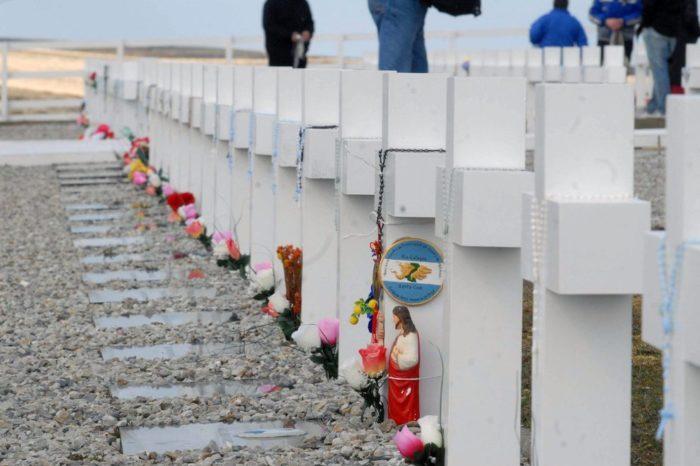 Una tumba en Darwin y la posible fosa en Caleta Trullo: comienza la segunda etapa en la identificación de los soldados de Malvinas