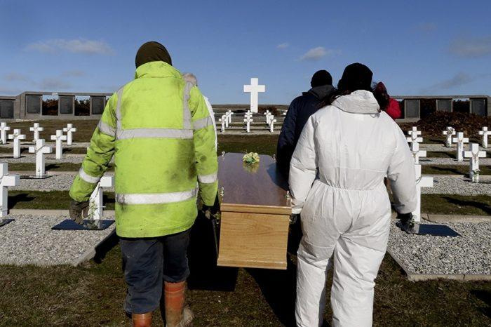 Inhumaron en el cementerio militar de Puerto Darwin los restos de los combatientes argentinos identificados por el CICR con el EAAF